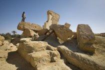 Uomo in piedi sul bordo della roccia — Foto stock