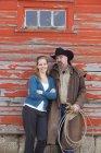 Casal rancho caucasiano posando juntos fora do celeiro — Fotografia de Stock