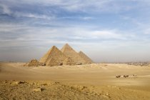 Піраміди на пісок поле — стокове фото