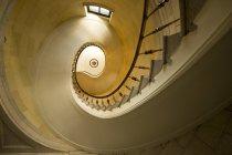 Спиральная лестница с перилами — стоковое фото