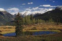 Teich und Berge mit Schnee — Stockfoto