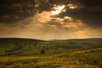 Sunrays через хмари — стокове фото