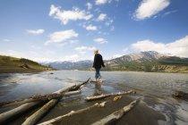 Femme qui marche par River Hills sur fond de Jasper, Alberta, Canada — Photo de stock