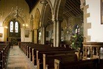 Interior da igreja com bancos — Fotografia de Stock