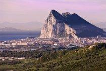 Montanha e cidade, Andaluzia, Espanha — Fotografia de Stock