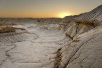 Восход солнца в бесплодные земли по камням — стоковое фото