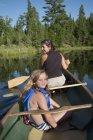 Мать и дочь на каноэ, Озеро древесин, Онтарио, Канада — стоковое фото