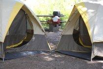 Zwei Zelte auf dem Zeltplatz in der Natur — Stockfoto