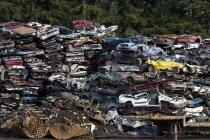 Ferro-velho com pilha de lixo metálico — Fotografia de Stock