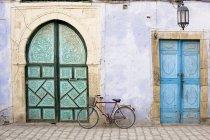 Biciclette e porte blu — Foto stock