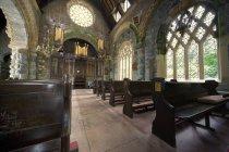 Интерьер церкви с лавками — стоковое фото