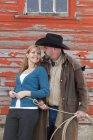 Ковбой с женщиной у стены — стоковое фото