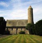 Saul Church no campo de grama verde — Fotografia de Stock