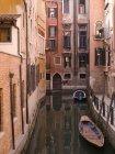 Канал с лодки и зданий — стоковое фото
