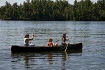 Tre persone canoa; Lake Of The Woods, Ontario, Canada — Foto stock