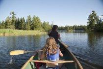 Due persone su una canoa, Lake Of The Woods, Ontario, Canada — Foto stock