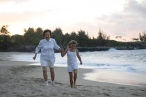 Grandmother and granddaughter walking on beach. Maui, Hawaii, Usa — Stock Photo