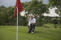 Homem caucasiano sênior golfe no curso — Fotografia de Stock