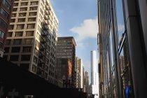 Bâtiments du centre-ville pendant la journée — Photo de stock