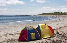 Намет на пляжі — стокове фото