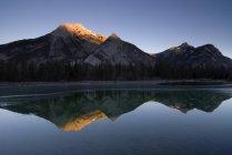 Spiegelbild eines Berges im Wasser — Stockfoto
