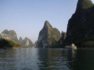 Лі річка з каменів і човен — стокове фото