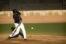 Professionale lettore Swinging sua mazza da baseball — Foto stock