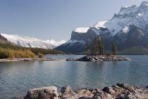 Minnewanka озеро та гору Inlismaldie — стокове фото