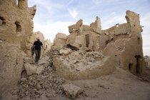 Uomo di esplorare la fortezza di Shali — Foto stock