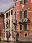Здания на улице на открытом воздухе — стоковое фото