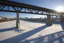 Valle del río con río y nieve - foto de stock