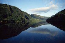 Paysage et nuages reflétant dans l'eau — Photo de stock