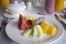 Placa blanca de la fruta - foto de stock