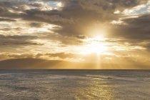 Coucher de soleil hawaïen dans Kahana — Photo de stock