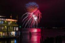Feuerwerk erhelle die Nacht entlang der Astoria am Flussufer; Astoria, Oregon, Vereinigte Staaten von Amerika — Stockfoto
