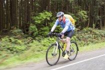 Верховая езда на велосипеде через Тихоокеанский национальный парк Рим; Ванкувер, Британская Колумбия, Канада — стоковое фото