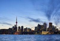 Skyline di Toronto al tramonto con il lago Ontario in primo piano; Toronto, Ontario, Canada — Foto stock