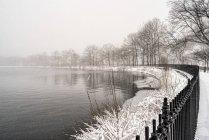 Schneesturm am Jacqueline Kennedy Onassis Reservoir, Central Park; New York City, New York, Vereinigte Staaten von Amerika — Stockfoto