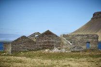 Руїни будівлі вздовж узбережжя, Snaefellsnes півострова; Ісландія — стокове фото