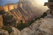 Vista in Canyon e le sue formazioni geologiche al Grand Canyon National Park, North Rim vicino a Jacob Lake all'inizio dell'autunno; Arizona, Stati Uniti d'America — Foto stock