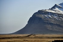 Montagnes escarpées et ciel bleu au coucher du soleil; Islande — Photo de stock