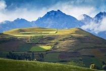 Montagne che circondano rovine di Moray nella Valle Sacra nei pressi di Ollantaytambo; Provincia di Urubamba, Cusco, Perù — Foto stock