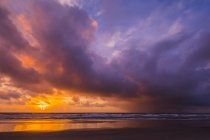 Vue sur ciel nuageux et grand coucher de soleil sur l'eau de mer calme — Photo de stock