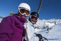 Skieurs sur un télésiège de l'Aiguille Des Grands Montets; Chamonix, France — Photo de stock