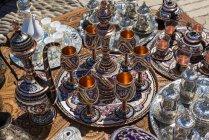 Teegeschirr, Becher und Schalen zum Verkauf an der Brücke von Mostar; Mostar, Bosnien und Herzegowina — Stockfoto