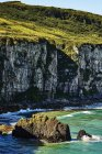 Agrestes ao longo da costa da Irlanda do Norte; Ballintoy, Irlanda — Fotografia de Stock