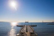 Banchine che conduce verso l'acqua blu del mare Mediterraneo lungo la Riviera francese; Cannes, Costa Azzurra, Francia — Foto stock