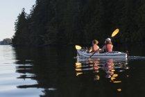 Каякинг в заливе Клейокот, остров Ванкувер; Тофино, Британская Колумбия, Канада — стоковое фото