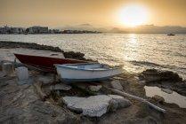 Angelboote/Fischerboote bei Sonnenuntergang in der Nähe von Alcudia; Mallorca, Balearen, Spanien — Stockfoto