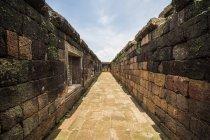 Paredes e corredor no Quadrilátero Sul, Complexo do Templo Vat Phou, Champasak, Laos — Fotografia de Stock